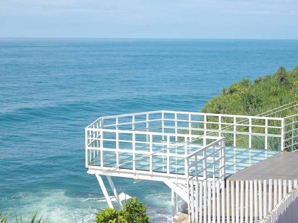 Teras Kaca Pantai Nguluran Keindahan Wisata yang Memacu Adrenalin